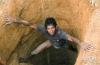3月2日,在斯里兰卡拉特纳普勒,一名矿工从一口宝石矿井里爬出来。新华社记者刘咏秋摄