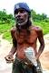 3月2日,在斯里兰卡拉特纳普勒,一名矿工展示他挖出来的、未经加工的宝石。新华社记者陈占杰摄