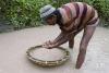 3月2日,在斯里兰卡拉特纳普勒,一名矿工在水里淘洗可能含有宝石的矿砂。新华社记者刘咏秋摄