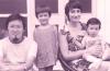 回顾自己的成长历程,黄英贤说,父亲一直重视对孩子的教育,把人生的价值观传递给她,用中华文化熏陶她;而祖母教会她坚强和勇气;母亲教会她用爱心对待别人,教会她有幽默感。对于所有在她成长的道路上给予过她支援的人,她都充满感激,她用坚定的人生信念朝着自己的目标走下去。黄英贤幼年时与父母及弟弟在一起。资料图