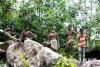 3月2日,在斯里兰卡拉特纳普勒,几名矿工站在一口宝石矿井旁。新华社记者陈占杰摄